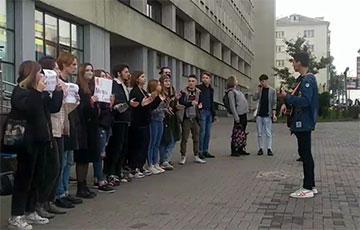 Студенты журфака БГУ вышли на улицу и поют «Перемен!»