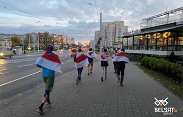 Минчане вышли пробежку солидарности под национальными флагами