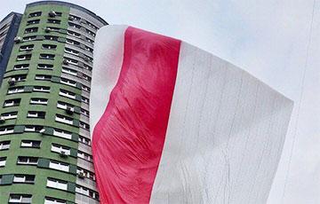 Минчане вывесили флаг-гигант