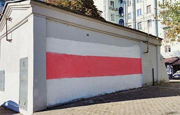 Как в Минске возрождаются бело-красно-белые флаги