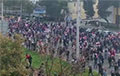 Тысячи протестующих в Минске идут по проспекту