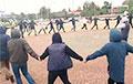 В Жабинке на площади люди водят хороводы под «Воины света»
