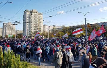 Многотысячная колонна протестующих в Минске находится возле универмага «Беларусь»