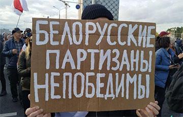 Плакаты беларусаў на Партызанскім маршы