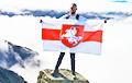 Белорус поднял бело-красно-белый флаг на высшую точку Великобритании