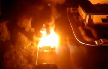 Очевидцы сообщили о горящих машинах возле прокуратуры в Солигорске