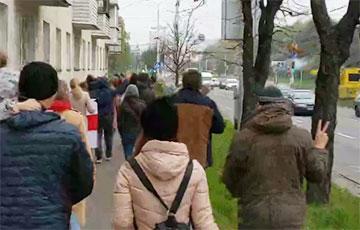 Жители минской «площади Пемерен» идут колонной, чтобы поддержать бастующих