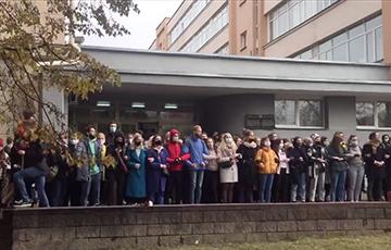 Бастующие студенты и преподаватели МГЛУ в сцепке поют «Воины света»