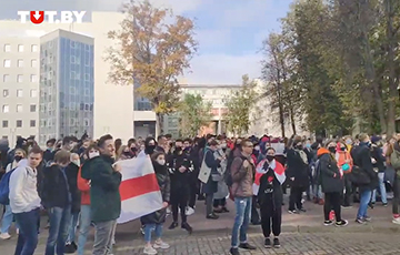 Менскія студэнты падтрымліваюць рабочых-страйкоўцаў і скандуюць «МТЗ!»