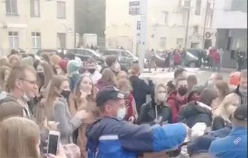 Пиццерия «Доминос» привезла угощение для бастующих