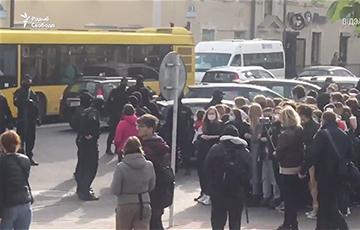 ОМОН был вынужден уехать от протестующих студентов