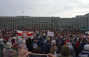 На площади Независимости в Минске собираются пенсионеры