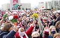 Многотысячная колонна пенсионеров и студентов громко скандирует «Забастовка»