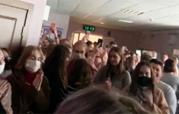 Студенты-лингвисты продолжают массовую забастовку
