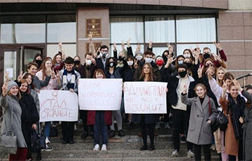 Бастующие студенты БГУ вышли к факультету журналистики