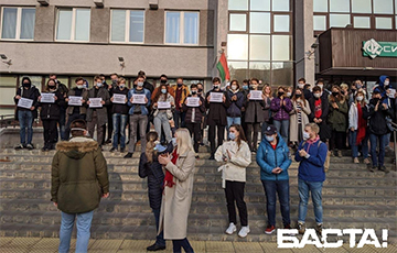 BSUIR Students Lined up in a Chain of Solidarity Near the University
