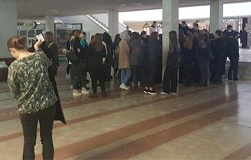 Бастующие студенты БГМУ с самого утра вышли на акцию протеста