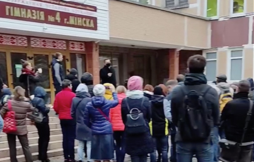 Minsk Residents Call On Carpet Director Of Gymnasium, Where Riot Police Was Thrown Against Children
