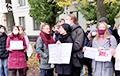 Студенты поют «Муры» под юридическим факультетом БГУ