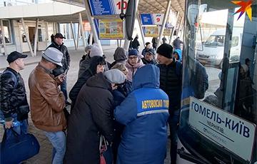 «Некоторые автобусы отменили»: что происходит на границе Беларуси с Украиной