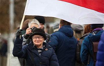 Нина Багинская гуляет в центре Минска с бело-красно-белым флагом