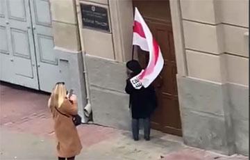 Видеофакт: Нина Багинская вошла в здание МВД