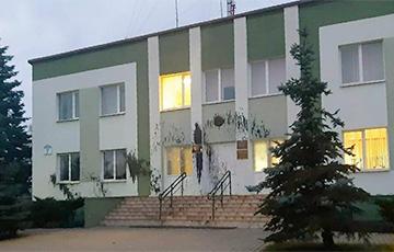 В Плещеницах «отработкой» облили здание сельисполкома