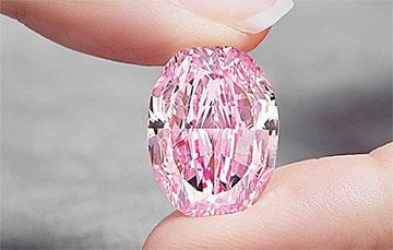 В Женеве продали с аукциона редкий розовый бриллиант за рекордные $26,6 миллионов