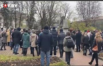 В Гродно люди массово собрались возле памятника Фаре Витовта