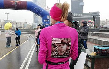 Участники минского марафона бежали с фотографиями Романа Бондаренко