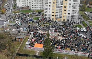 На площади Перемен в Минске уже тысячи протестующих