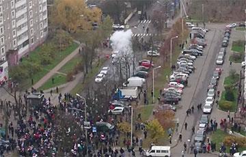 Лукашисты забросали людей гранатами на площади Перемен в Минске