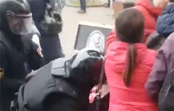В Бресте женщины спасли демонстранта от задержания