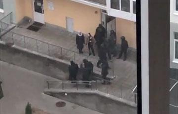Фашисты Лукашенко ходят по квартирам домов на «площади Перемен» и похищают людей