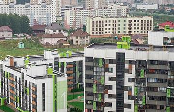 Ветер снова порвал красно-зеленый флаг в Новой Боровой — на следующий день после установки