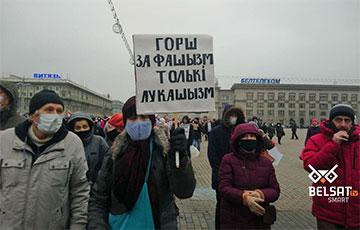 С какими плакатами пришли участники Марша пенсионеров и медиков
