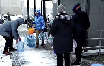 Несмотря на противодействие властей, минчане везут в Новую Боровую воду