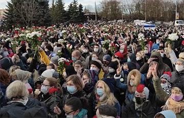 "Thousands Of Belarusians Chant ""I'm Coming Out"" At Farewell To Raman Bandarenka"