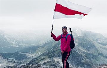 Национальный флаг подняли над канадской горой Рор
