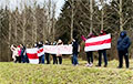 Цепь солидарности стоит в минском микрорайоне Сухарево