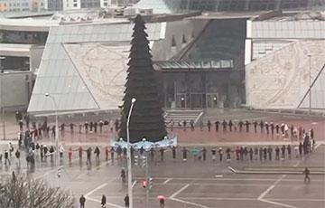Демонстранты водят хороводы возле Национальной библиотеки в Минске