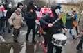 Калона на Паўднёвым Захадзе маршыруе з музычным суправаджэннем