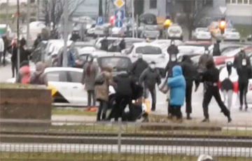 В Минске на Притыцкого каратели жестко задерживали девушку