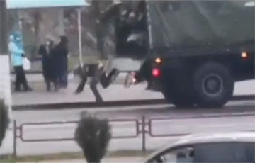 Video: Сhastener in Minsk Fell Out of Vehicle