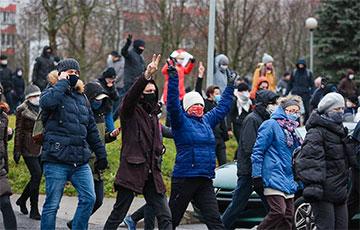 В Минске протестующие смело отбили своего у фашистов