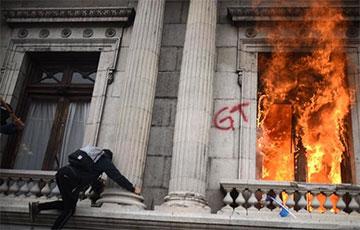 В Гватемале митингующие против нового госбюджета подожгли парламент