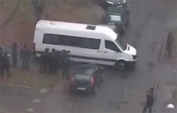 Видеофакт: Бус карателей «сел на мель» посреди Минска