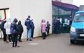 Около ста человек стоит в очереди в поликлинику Минска