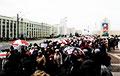 Сотни пенсионеров идут по проспекту Независимости в Минске