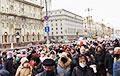 Участники Марша скандируют: «Трибунал» и «Фашисты» напротив здания КГБ